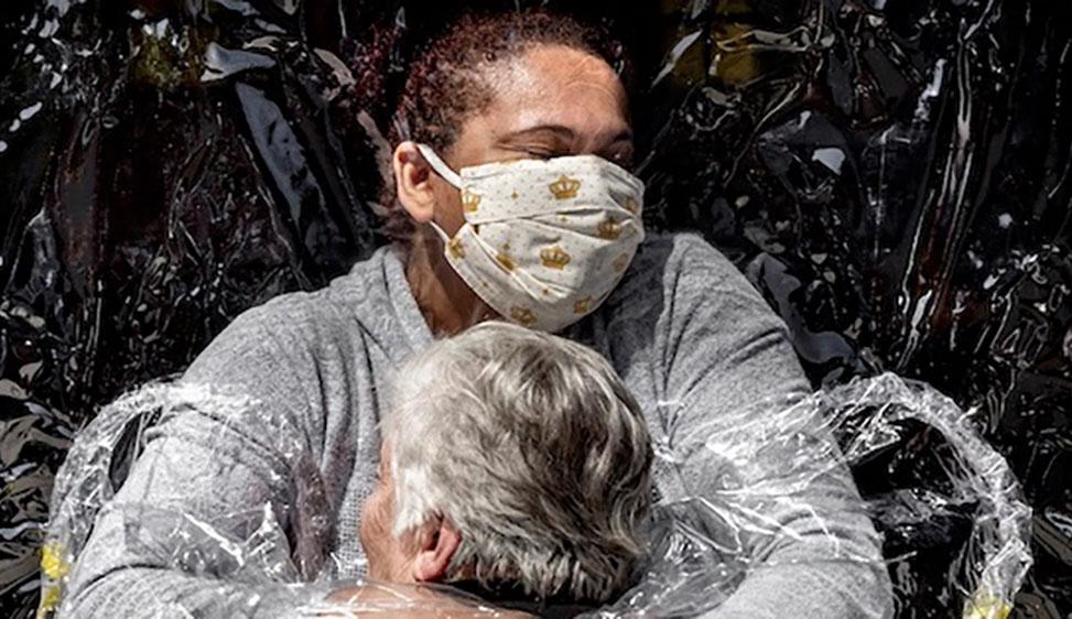 Il primo abbraccio La foto di Mads Nissen, 2021 World Press Photo of the Year, ritrae il primo abbraccio dopo cinque mesi tra una paziente brasiliana di 85 anni e la sua infermiera