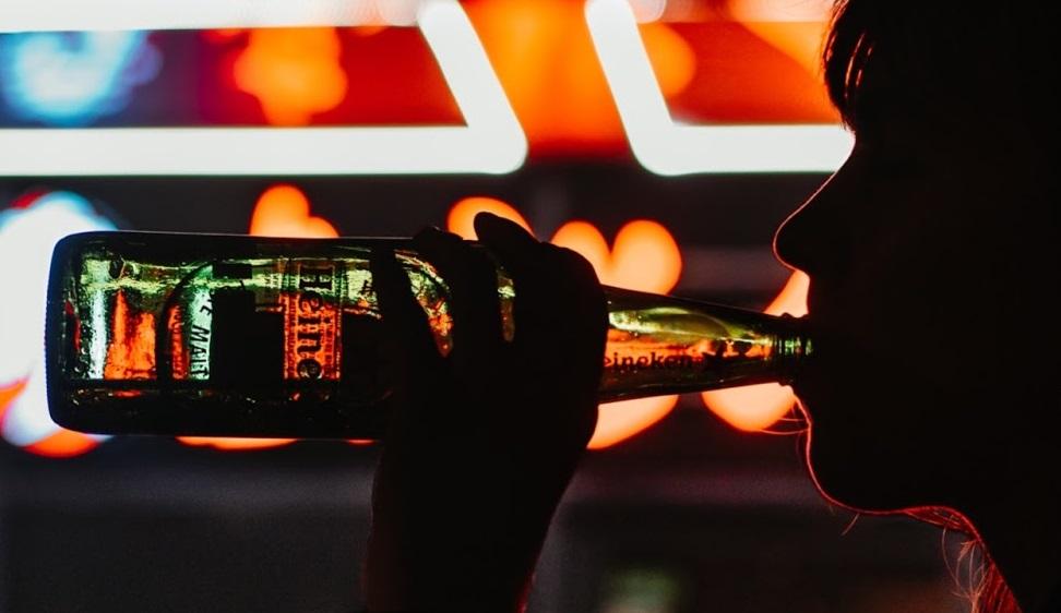 Binge drinking si diffonde fra i giovani e minaccia lo sviluppo cognitivo. Ma è tutto il consumo di alcolici che sta cambiando