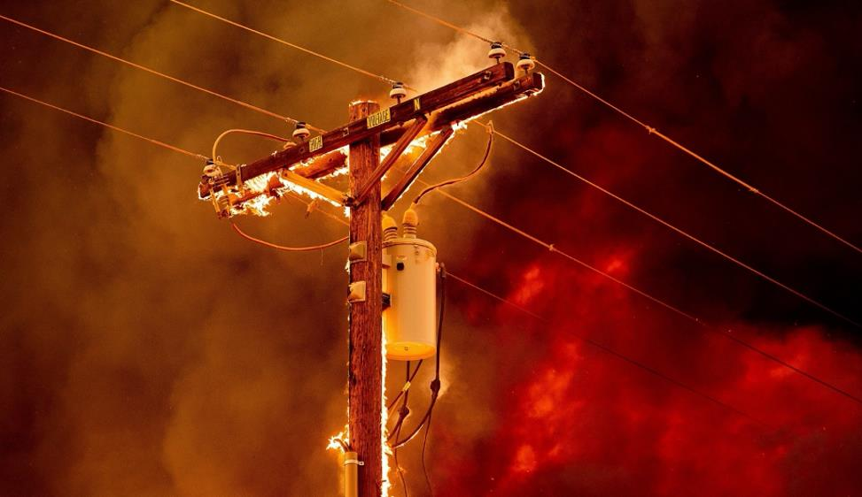 Fiamme elettriche Nella foto di Noah Berger, un palo dell'elettricità brucia durante uno dei molti incendi della West Coast degli Stati Uniti (Doyle, California)