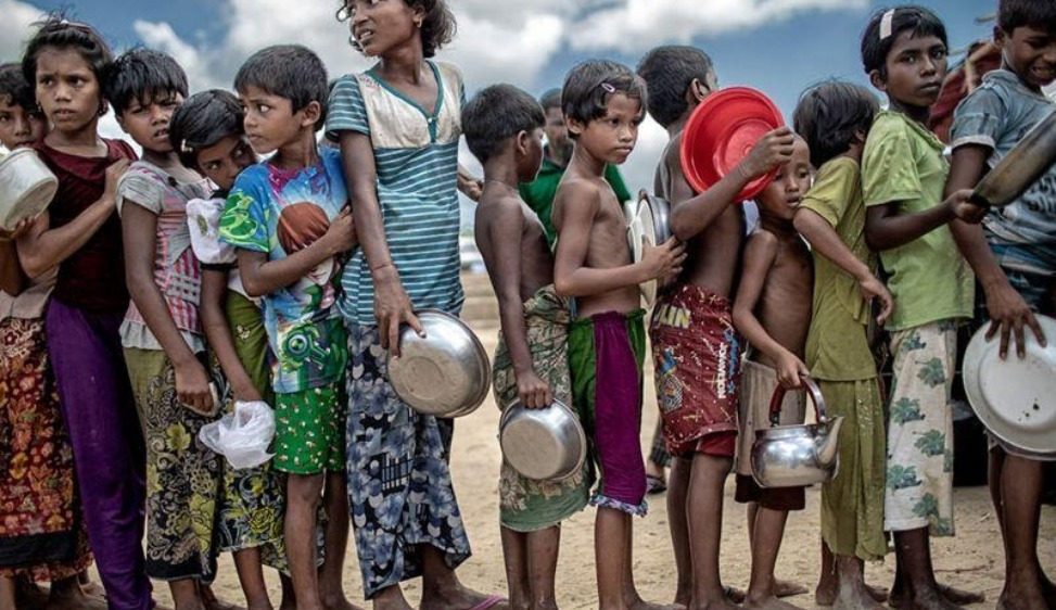 Scodelle vuote La foto ha vinto il Food photo Contest 2020 e mostra i bambini Rohingya del campo profughi in Bangladesh, in coda con le scodelle vuote (Cox's Bazar, Bangladesh). Credit: Khandaker Muhammad Asad (K M Asad), fotografo documentarista e fotoreporter del Bangladesh. Per questa foto il reporter è stato nominato Pink Lady Food Photographer dell'anno 2020.